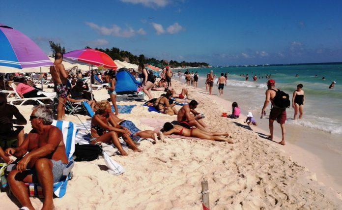 """Turistas y locales acudieron al """"Picnic Masivo"""" en Playa Mamitas"""